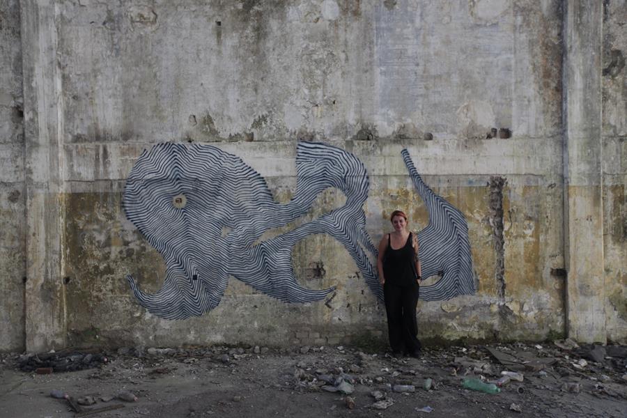 Figura 4.55 -  Ivana De Innocentis davanti opera di Skirl in posto abbadonato a Roma - foto di Skirl